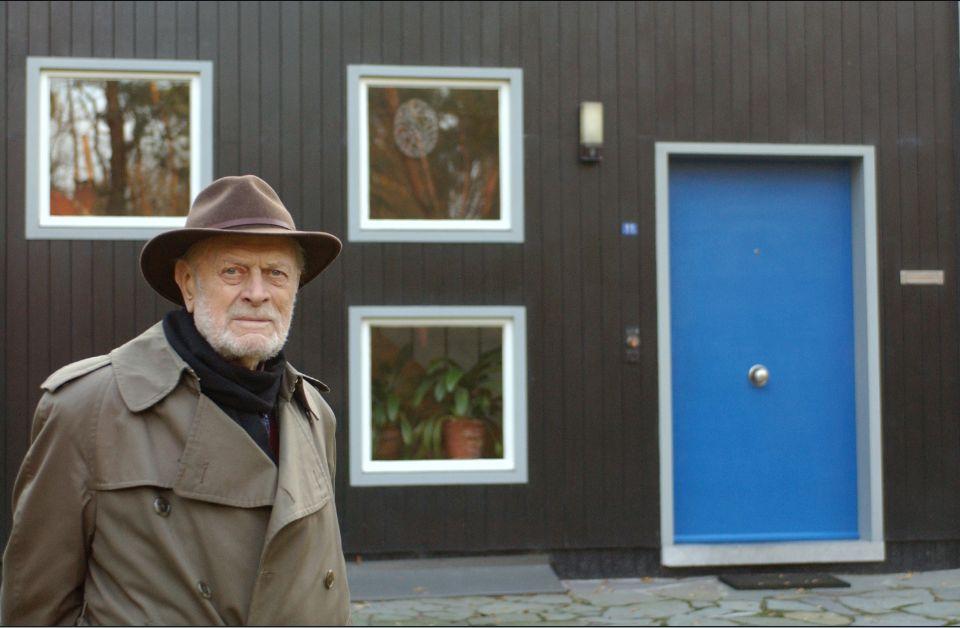 Jul De Roover voor het, door hem in 1955 ontworpen, huis voor zijn broer (2005, © Bert Hulselmans)