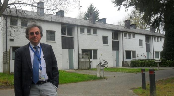 Christian Legrain bij de gekoppelde huizen in Mol. Eigenaar SCK vernieuwde al de ramen en de daken, maar een grondige renovatie van de hele wijk dringt zich op